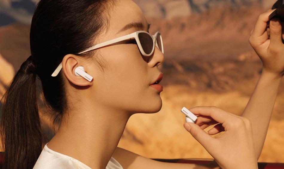 Women using the Huawei FreeBuds Pro's microphone