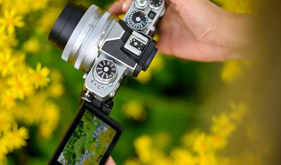 A TFT LCD vari-angle monitor makes shooting selfies or vlogs a dream.